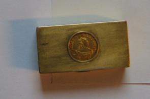 Бомбоньєрка. Коробочка  для опіуму з кришечкою. Золото 56 проби. В кришечку встановлена золота монета-полтина 1756 р. Майстер Н.с. , інв.№ 3524