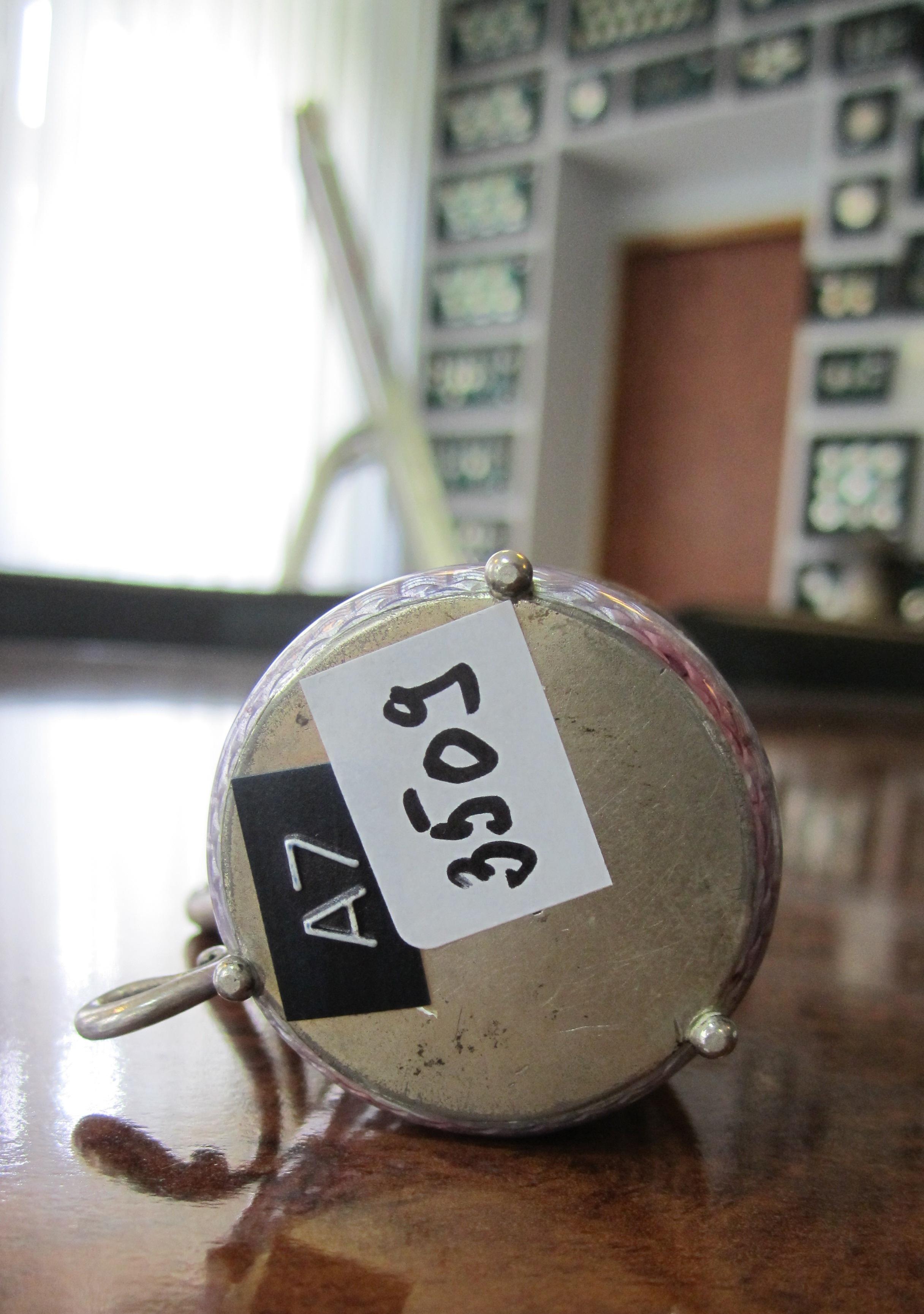 Чарка, на ручці рубін (кабашок), вправлений в золото. Фірма Фаберже. Майстер Андерс Джон Невелайнен. На дні клейма: двоголовий орел, К.Фаберже NA 88, інв.№ 3509