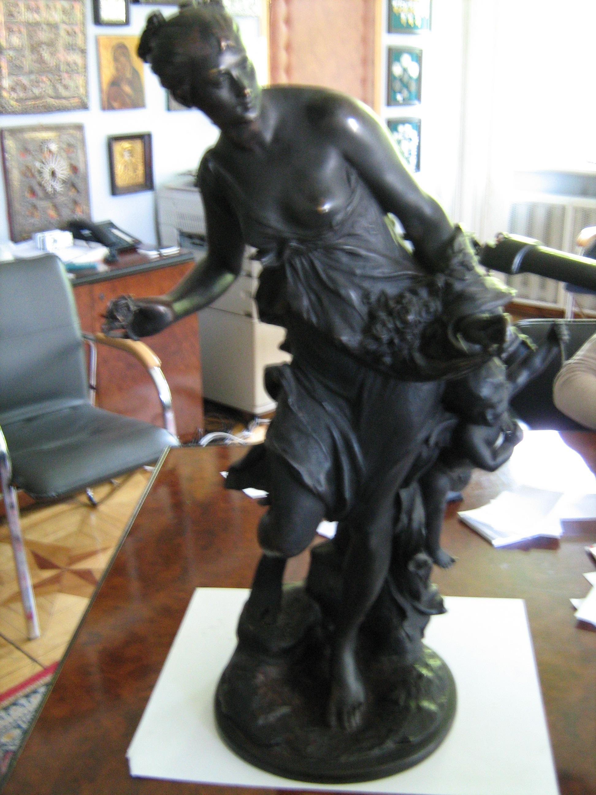 """Скульптура """"Венера та Амур"""" Виготовлено фірмою Heinze&C (Берлін). Внизу на оберті скульптури вигравіруваний напис: Prof V.Vechtritz, інв.№ 3542"""